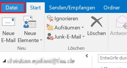 """Das Bild zeigt, dass Sie in Outlook auf den Reiter """"Datei"""" klicken sollen."""