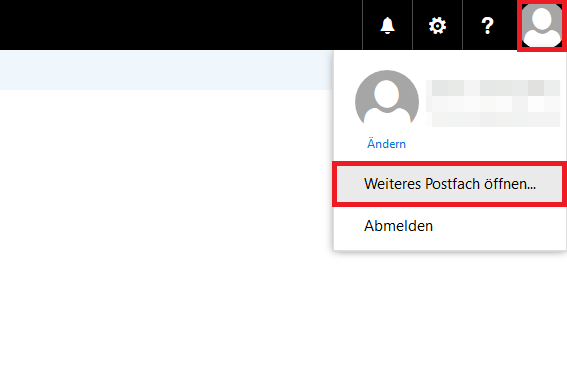 Hier wird gezeigt, dass Sie über das Profilbild-Symbol, das kreisrunde Bild eines weißen anonymen Avatars vor grauem Hintergrund, zu dem Drop-Down-Feld gelangen, wo Sie ein weiteres Postfach öffnen können.